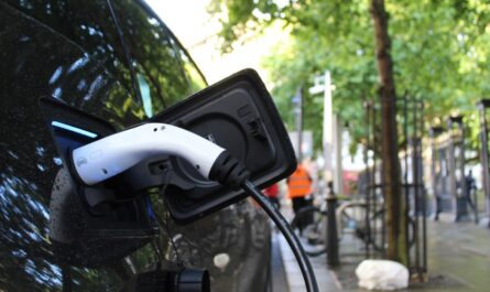 Elektromobilita v praxi při nabíjení vozu.