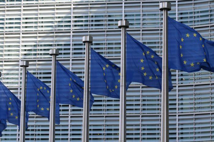 Budova s modrými vlajkami, kde má sídlo Evropská unie.
