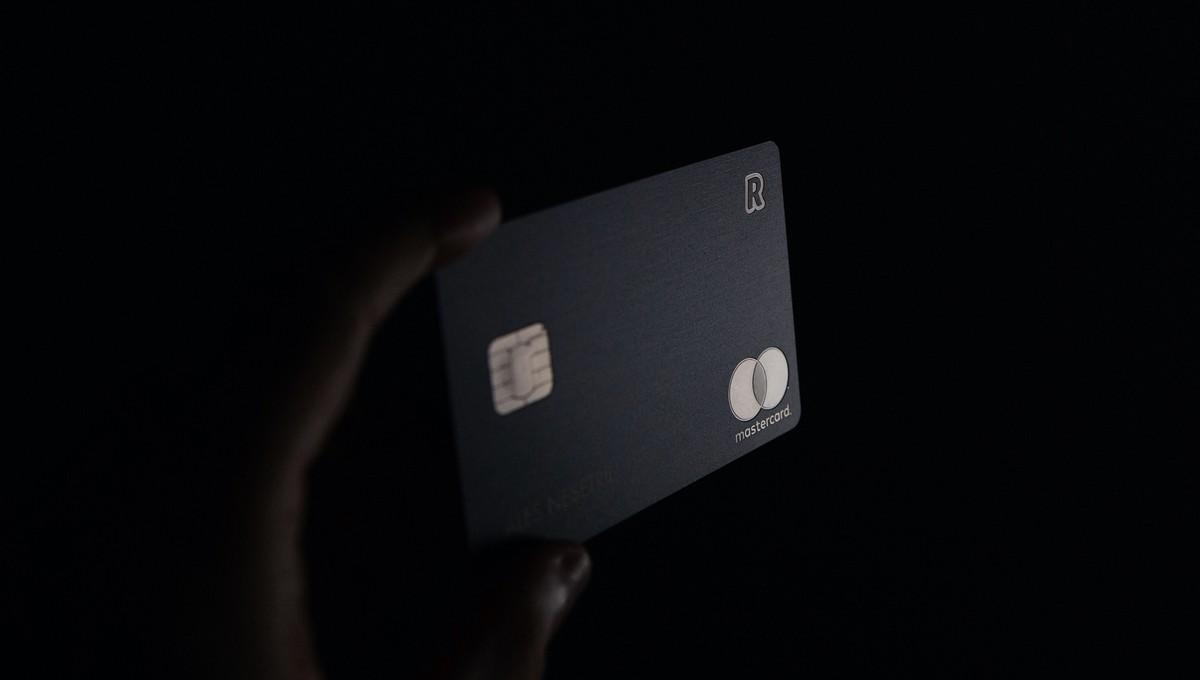 Černá platební karta pro bezhotovostní platby.