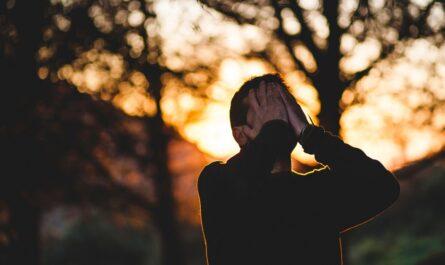 Mladík, kterého dlouhodobě sužuje stres.